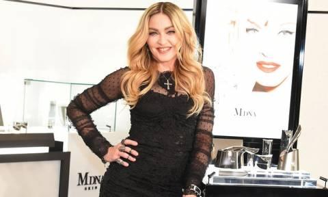 Και η Μαντόνα φωτογραφίζεται... γυμνή υπέρ της Χίλαρι! (pics)