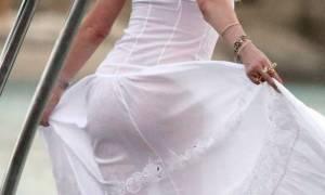 Πασίγνωστη τραγουδίστρια χορεύει χωρίς εσώρουχο και αναστατώνει τη Μύκονο! (video+photos)