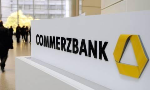 Απολύει και κόβει τα μερίσματα η Commerzbank