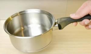 Ούτε που το φανταζόσουν! Εσύ ξέρεις σε τι χρησιμεύει η τρύπα στο χερούλι της κατσαρόλας; (video)