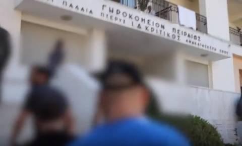 Βίντεο: Η στιγμή της εισβολής του «Ρουβίκωνα» στο Γηροκομείο Πειραιά