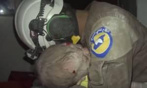 Βίντεο που σπάει καρδιές: Διασώστης στη Συρία «λυγίζει» μετά την ανάσυρση παιδιού από τα συντρίμμια