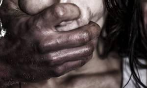 Φρίκη στην πλατεία Σολωμού: Άστεγος βίασε και ξυλοκόπησε άγρια γυναίκα σε δημόσια τουαλέτα