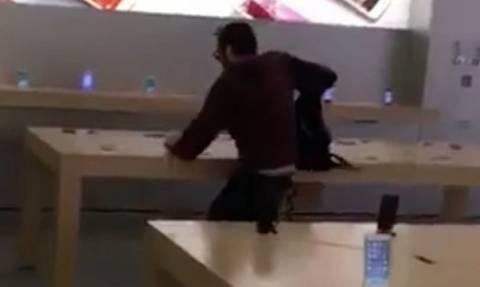 Απίστευτο βίντεο: Μπήκε μέσα σε κατάστημα και έσπασε όλα τα iPhone που βρήκε μπροστά του!