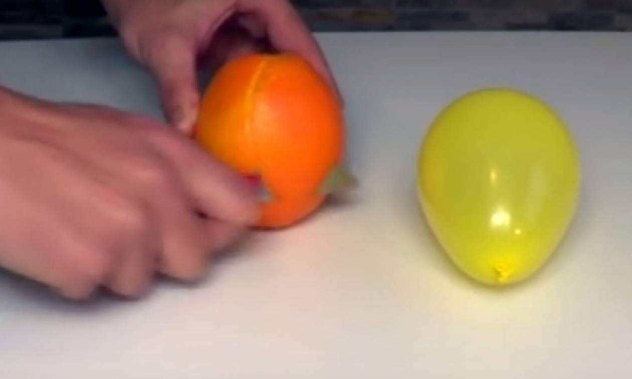 Θα τα χάσετε μόλις δείτε τι κάνει με μια φλούδα πορτοκάλι σε φουσκωμένα μπαλόνια (video)