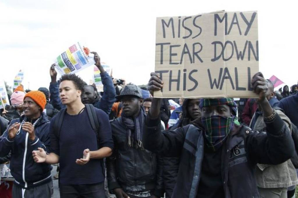 Άγριες συγκρούσεις μεταξύ αστυνομικών και μεταναστών στη