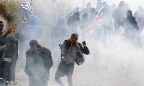 """Άγριες συγκρούσεις μεταξύ αστυνομικών και μεταναστών στη """"ζούγκλα"""" του Καλαί (pics)"""