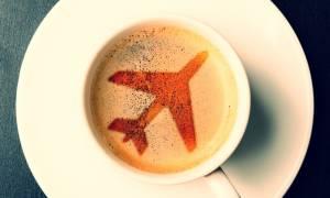 Προσοχή: Να γιατί δεν πρέπει να παραγγέλλετε καφέ στο αεροπλάνο!