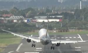 Τα …είδαν όλα οι επιβάτες: Airbus προσπαθεί να προσγειωθεί και το παίρνει ο αέρας! (video)