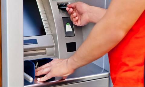 Capital controls και πλαστικό χρήμα ευνόησαν τις καταθέσεις