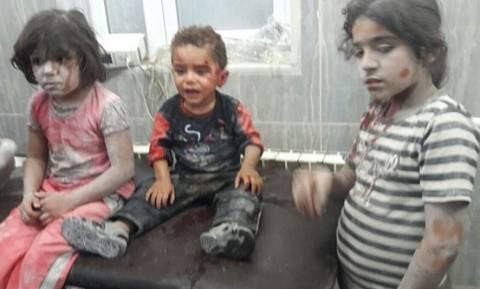 Θα σας ραγίσει την καρδιά: Τραυματισμένο παιδί στη Συρία γαντζώνεται πάνω σε νοσηλευτή (vid)