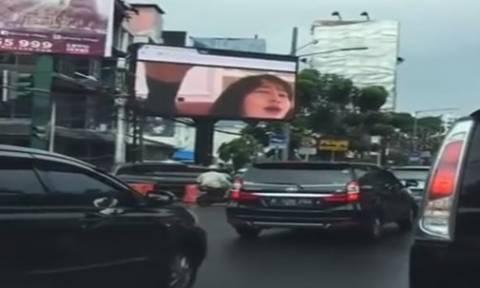 Σάλος με σκληρό πορνό σε γιγαντοοθόνη στο κέντρο της πόλης (videos)