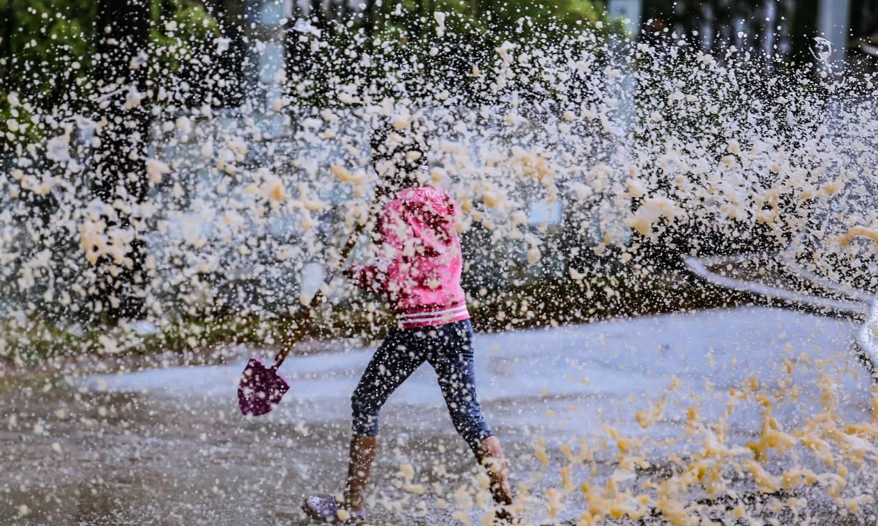 Καιρός: Πέφτει κι άλλο η θερμοκρασία - Πού και πότε θα βρέξει την Τρίτη