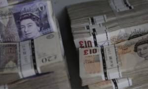 Βρετανία: Σε χαμηλό 31 ετών υποχώρησε η στερλίνα