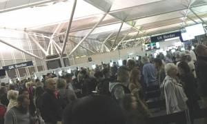 Χάος σε αεροδρόμιο του Λονδίνου: Ουρά 5.000 ανθρώπων στον έλεγχο διαβατηρίων! (vid)