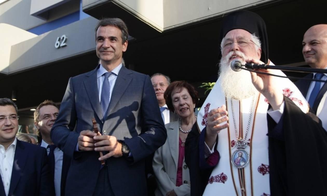 Ο σταυρός που χάρισε ο ιερέας στον Μητσοτάκη - «Σε λίγο θα σηκώσεις στις πλάτες σου και την Ελλάδα»