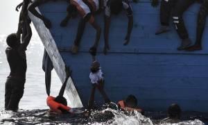 Στο πλοίο του θανάτου: Φρικτές εικόνες δείχνουν μετανάστες να πατάνε σε πτώματα για να γλιτώσουν