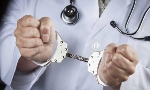 «Μαΐμού» γιατρός στα χέρια της αστυνομίας