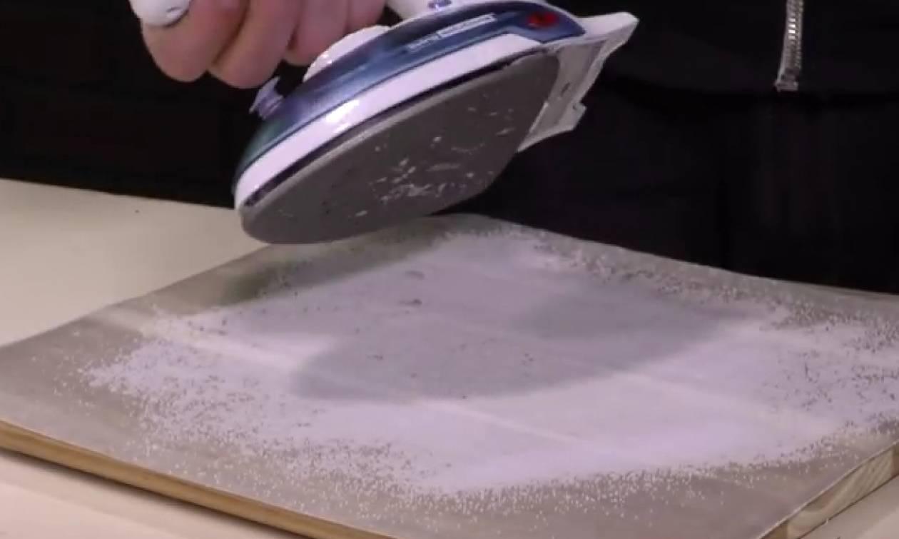 Ρίχνει χοντρό αλάτι στον νεροχύτη... Μόλις δείτε τον λόγο, θα το δοκιμάσετε σίγουρα... (vid)