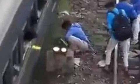 Βίντεο σοκ: Πήγε να ανέβει τσάμπα σε τρένο και έχασε το πόδι του!