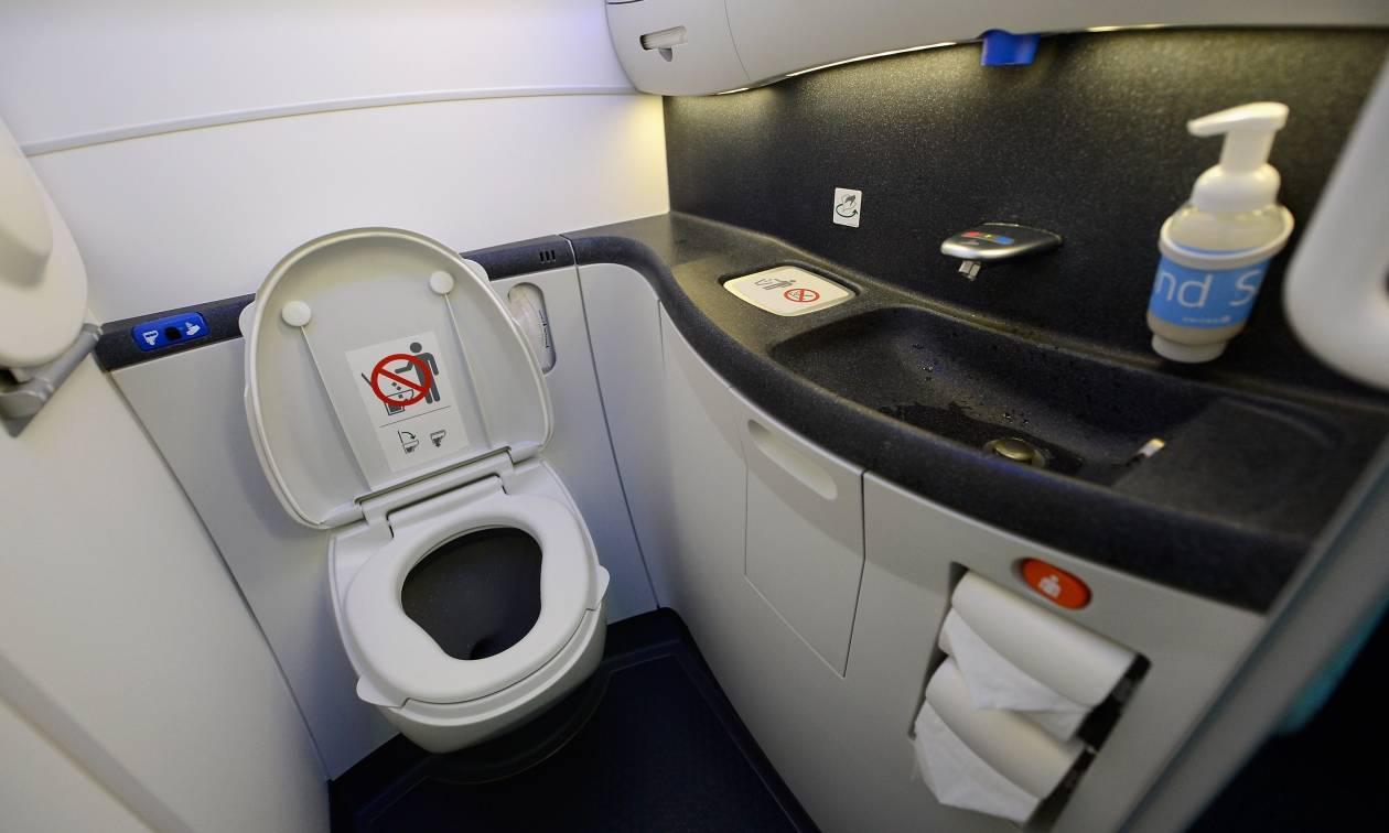 Αδιανόητη φρίκη: Νεκρό βρέφος βρέθηκε σε τουαλέτα αεροσκάφους