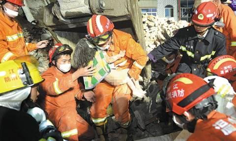 Συγκλονιστικό: Πατέρας θυσιάστηκε αγκαλιάζοντας την κόρη του για 12 ώρες κάτω από τα συντρίμμια(vid)
