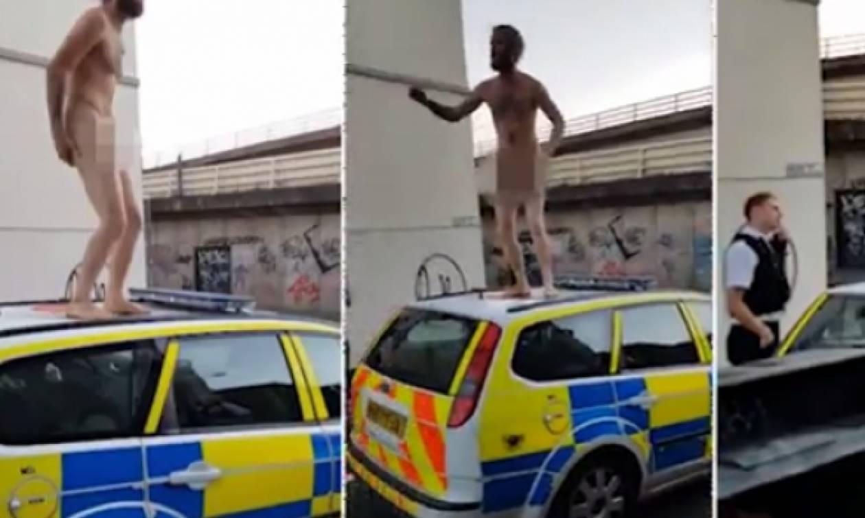 Πέταξε τα ρούχα του και ανέβηκε γυμνός σ' ένα ταξί για να κάνει... (Video)