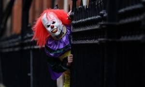 Οι «τρομακτικοί κλόουν» σκορπούν τον πανικό και στη Βρετανία! (videos)