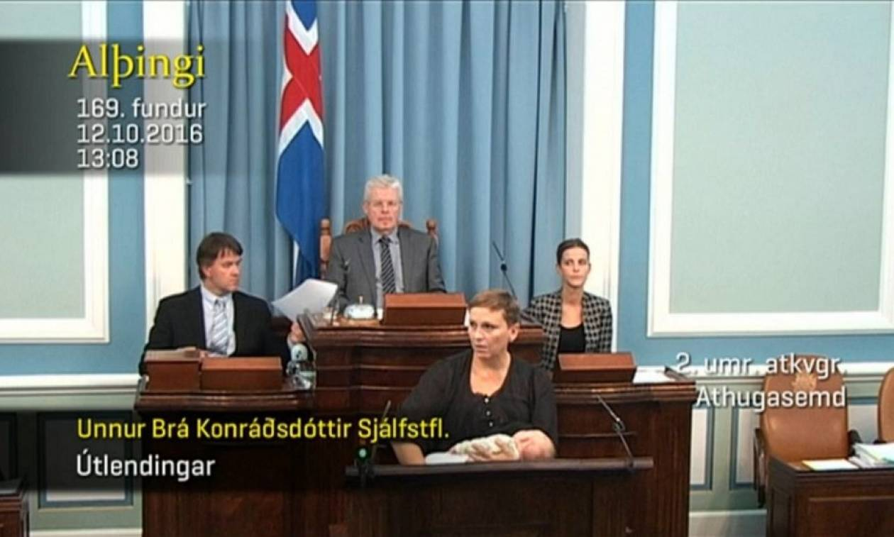 Βουλευτίνα ανέβηκε στο βήμα της Βουλής για να μιλήσει θηλάζοντας την κόρη της! (vid)
