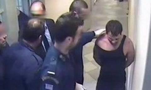 Ένοχοι για βασανιστήρια αλλά... ελεύθεροι οι σωφρονιστικοί υπάλληλοι για την υπόθεση Καρέλι