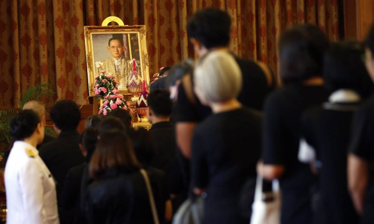 Ταϊλάνδη: Εθνικό πένθος για το θάνατο του βασιλιά Μπουμιμπόλ