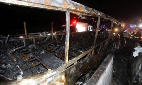 Τραγωδία στην άσφαλτο: Δέκα ηλικιωμένοι κάηκαν ζωντανοί σε φλεγόμενο λεωφορείο (Vids)