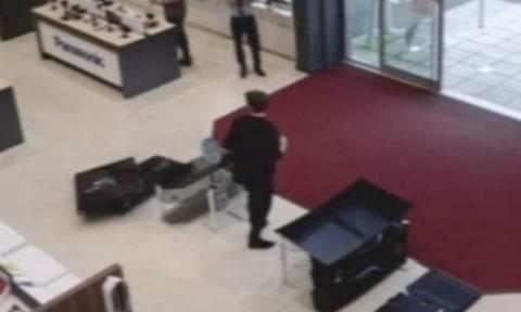 Απίστευτο βίντεο: Πελάτης μπαίνει σε μαγαζί και… ΧΑΟΣ ΠΑΝΤΟΥ!