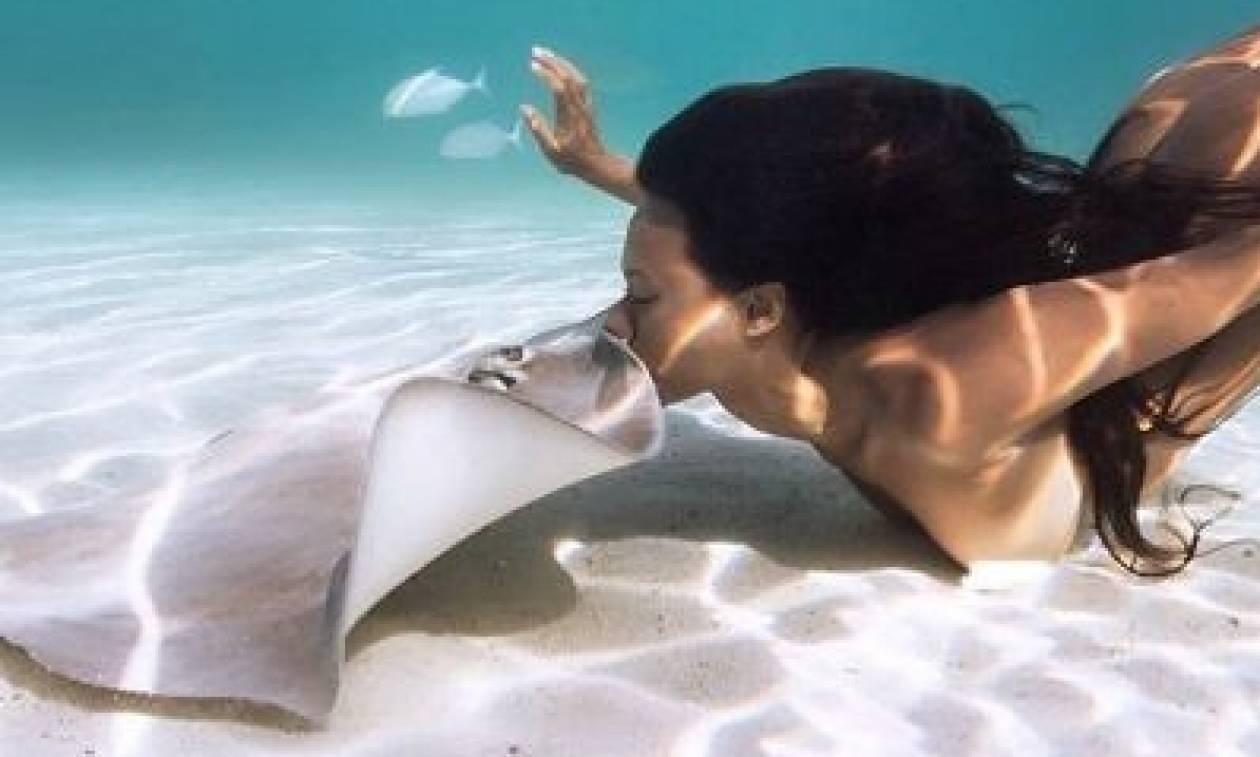 Το γυμνό φιλί του θανάτου: Ερωτοτροπεί ολόγυμνη με… σαλάχια και προκαλεί! (video+photos)