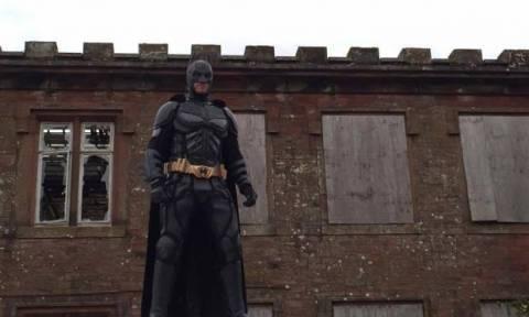 Απίστευτο: Ντύνεται Μπάτμαν και κυνηγάει κλόουν στους δρόμους της Βρετανίας! (pic)