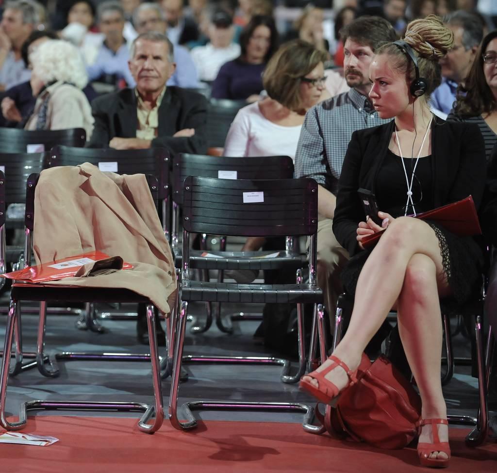 Ποια είναι σέξι παρουσία που αναστατώνει το συνέδριο του ΣΥΡΙΖΑ; (pics)