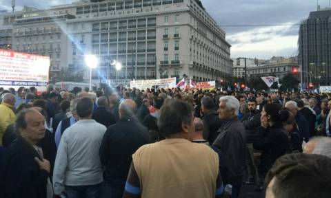 Συλλαλητήριο διαμαρτυρίας για τα εργασιακά στο Σύνταγμα (pics)