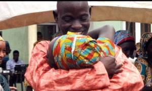 Συγκινητικό: Τα κορίτσια που απελευθέρωσε η Μπόκο Χαράμ ξανάσμιξαν με τους δικούς τους (vid)