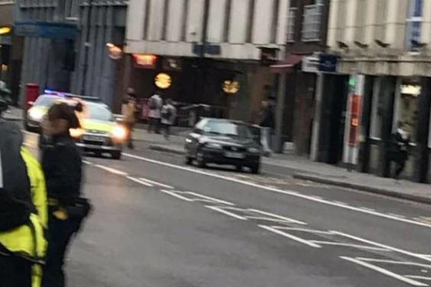 Συναγερμός στο Λονδίνο – Εκκενώθηκε το London Bridge λόγω ύποπτου οχήματος (Pics+Vids)