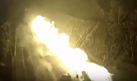 Πύρινη κόλαση: Έκρηξη βυτιοφόρου σκόρπισε το θάνατο στη μέση του δρόμου! (vid)