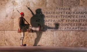 Συναγερμός στο Σύνταγμα - Έριξαν βόμβα μολότοφ στους Ευζώνους