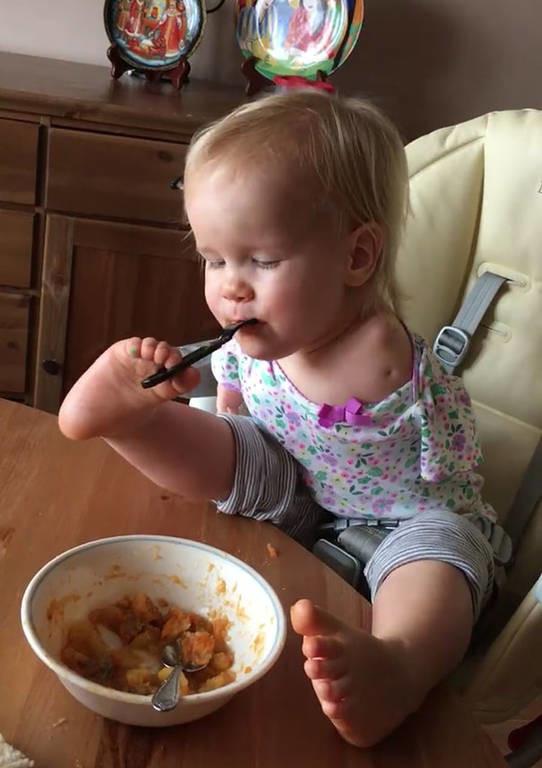 Η συγκινητική δύναμη της θέλησης: Κοριτσάκι χωρίς χέρια μαθαίνει να τρώει μόνη της με τα πόδια (Vid)