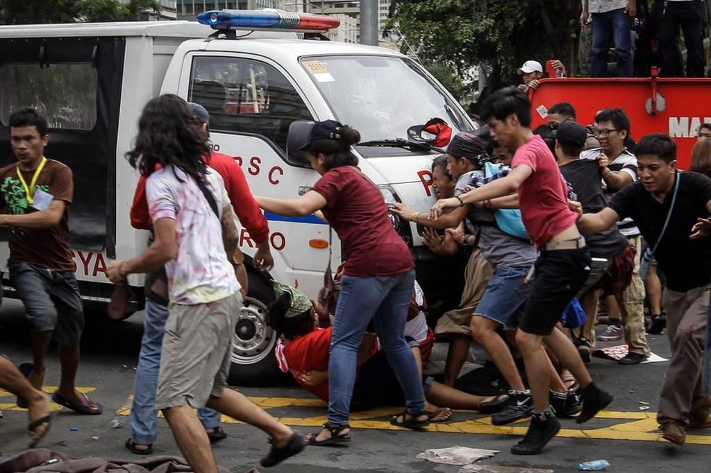 Σκηνές-σοκ στις Φιλιππίνες: Φορτηγάκι της αστυνομίας εμβόλισε διαδηλωτές (ΠΡΟΣΟΧΗ! ΣΚΛΗΡΕΣ ΕΙΚΟΝΕΣ!)