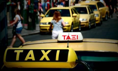 Άγριος καβγάς και ξύλο μεταξύ ταξιτζήδων και γυναικών σε πιάτσα της Αθήνας (vid)