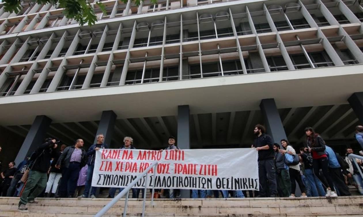 Οργή λαού στα Ειρηνοδικεία της χώρας - Στο «σφυρί» περιουσίες για 900 ευρώ (video)
