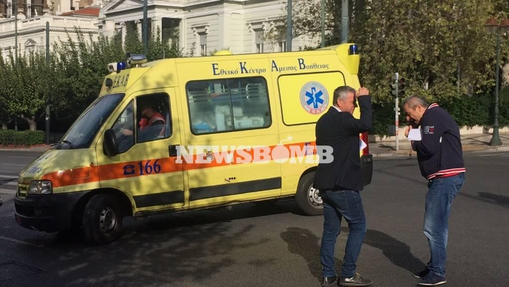 ΤΩΡΑ: Εργαζόμενοι του ΕΚΑΒ απέκλεισαν την είσοδο της Βουλής με ασθενοφόρα