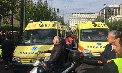 Εργαζόμενοι του ΕΚΑΒ απέκλεισαν την είσοδο της Βουλής με ασθενοφόρα (photo - video)