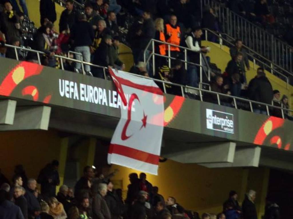 Απίστευτη πρόκληση από τους Ελβετούς - Σήκωσαν σημαία του ψευδοκράτους στον αγώνα με το ΑΠΟΕΛ (pics)