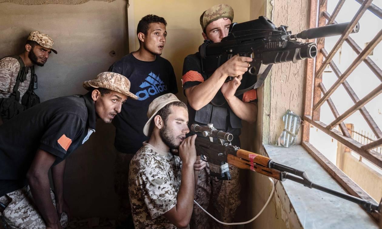 Λιβύη: Σφοδρές μάχες σπίτι με σπίτι στη Σύρτη – Απελευθερώθηκαν πέντε ξένοι όμηροι του ISIS (Vid)