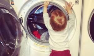 Ο γιος της διάσημης μαμάς τη βοηθάει στις δουλειές του σπιτιού, βάζοντας πλυντήριο
